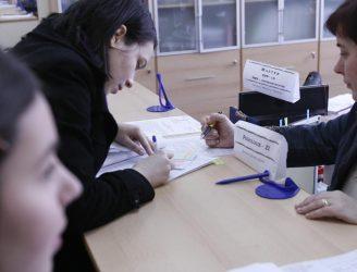 Studenţi la Secretariat